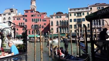 Gondolas e canais por toda a parte em Veneza